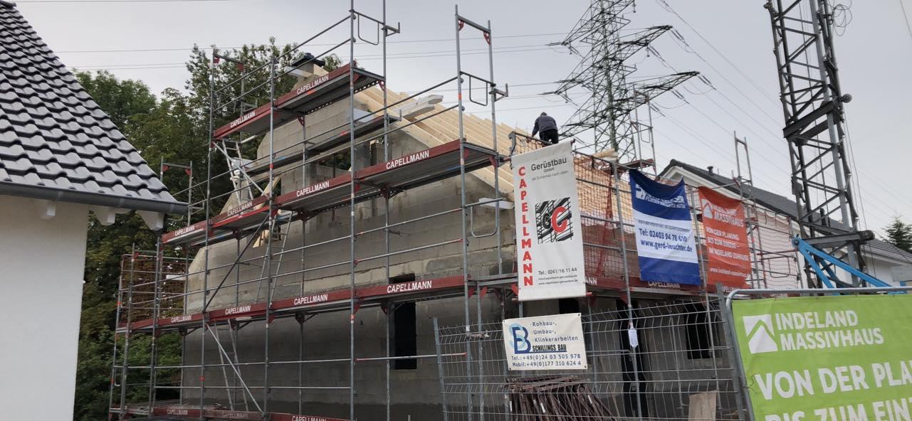 Bauvorhaben Stolberg Büsbach Dachstuhl wird gesetzt
